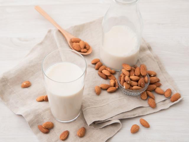 牛乳よりも低カロリー!アーモンドミルクでお肌のキレイをサポート